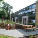 Referenzbild Schule Heikendorf mit Spielplatz und Sitzecke